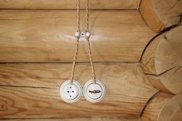 Наружная проводка в деревянном доме ретро