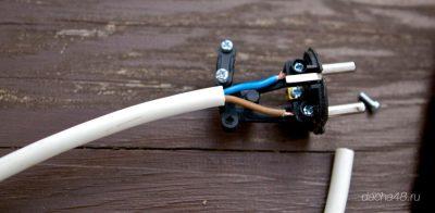 Как подключить трехжильный провод к вилке?
