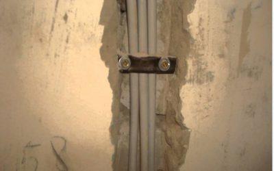 Как крепить кабель в штробе?
