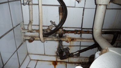 Почему свистят трубы в ванной?