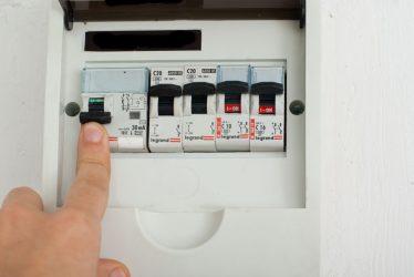 Как отключить электричество в квартире в щитке?