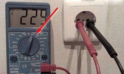 Как измерить напряжение мультиметром в розетке?