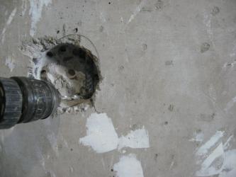 Как просверлить отверстие под розетку в бетоне?