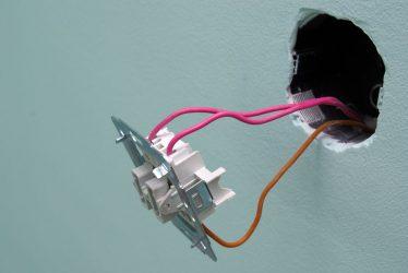 Как установить двухклавишный выключатель света?
