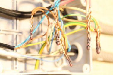 Как сварить провода электрической распределительной коробке?