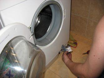 Почему машинка не отжимает белье?