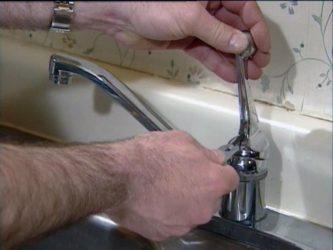 Почему течет кран в ванной?