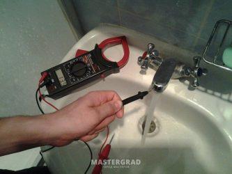 Вода в ванной бьет током почему?