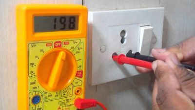 Как проверить напряжение в розетке мультиметром?