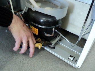 Почему шумит холодильник индезит?