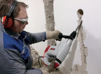 Как проштробить стену под проводку перфоратором?